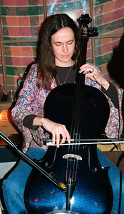 Jill & her new carbon blue cello at Cold Spring Tavern (SB, CA in Dec 2007)