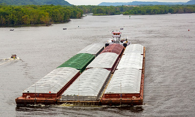 Pushboat with 9 barges on the Mississippi