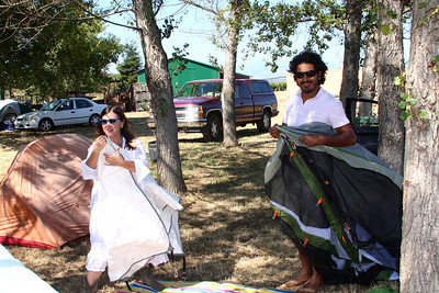 Mariangelica & Chiqui setting up camp