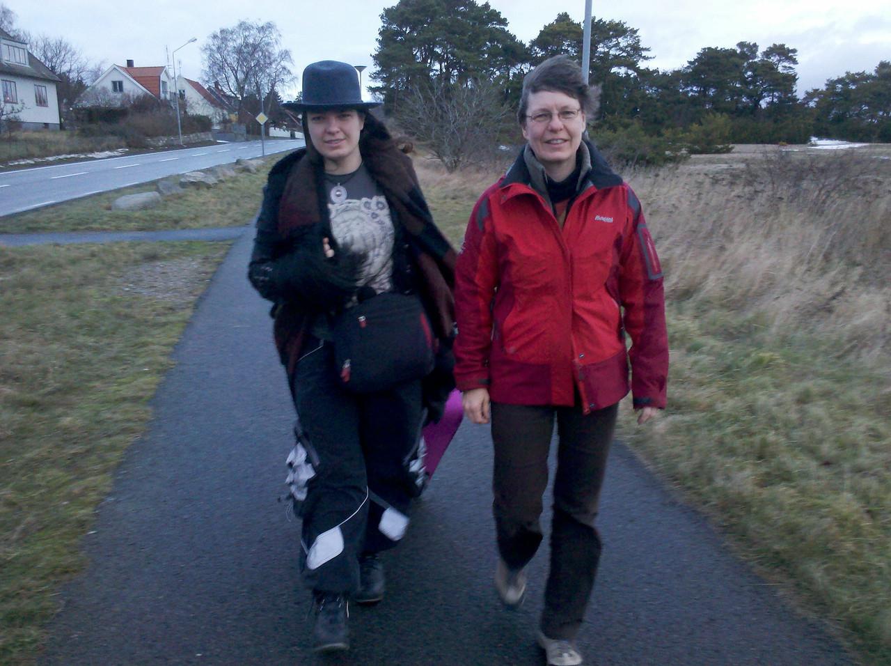 Louise & Karina på väg till bussen i Tobisborg, lilljulafton 2012.