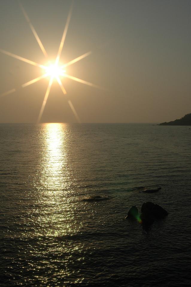 Sun setting over the bay near Palolem Beach - star filter