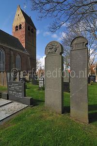 Grafstenen van een schipper en zijn vrouw, op het kerkhof ten noorden van de kerk