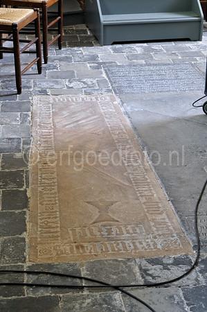 Bentheimer zandstenen zerk met gotisch randschrift en zandloper, mogelijk een herbruikt sarcofaagdeksel