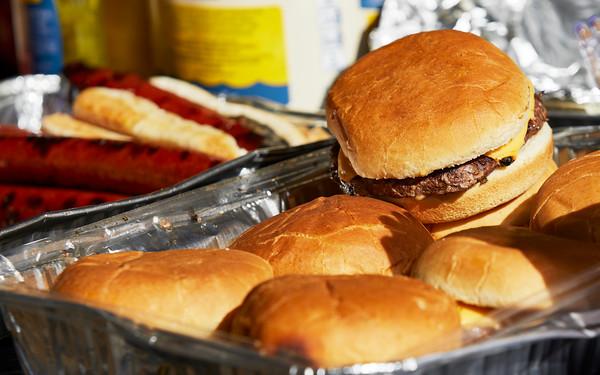 Aluminum tray with hamburgers and hotdogs