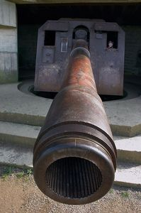 Longues-sur-mer gun and child