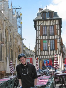 Me Troyes leaning building