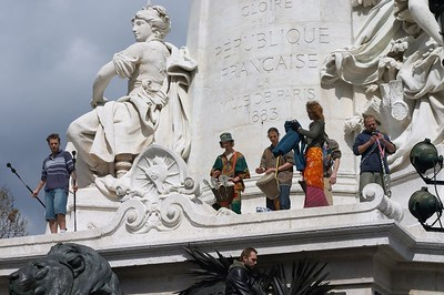 Performers, Place de La Republique