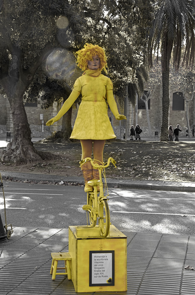 The yellow girl - Street performers