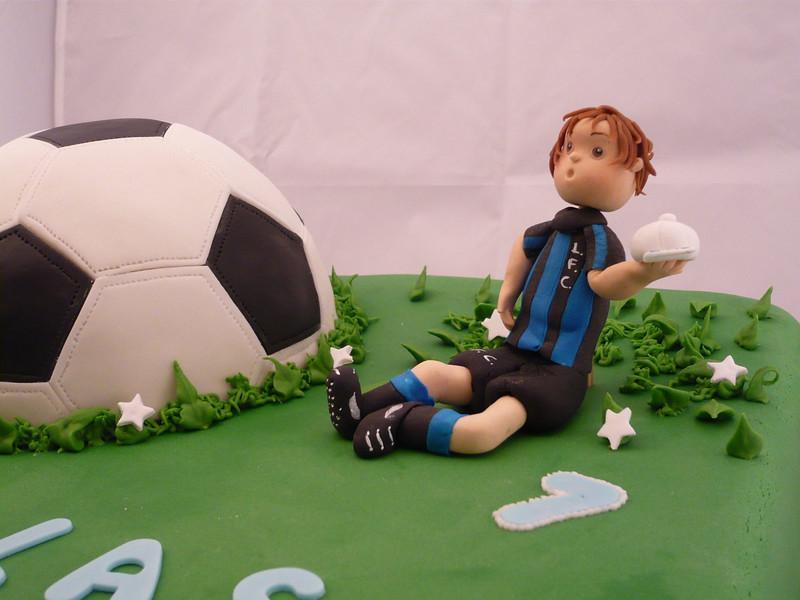 Torta de Liverpool - Uruguay. Pelota realizada en torta con chips de chocolate tallada y bañada en fondant.