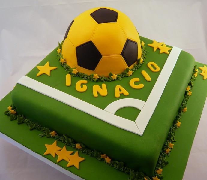 Torta de Peñarol, pelota realizada en torta tallada y bañada con fondant.