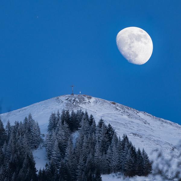Hohe Kugel mit zunehmendem Mond