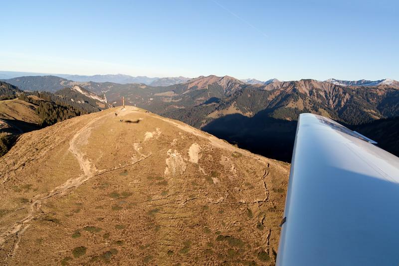 Hohe Kugel mit Schatten des Flugzeugs