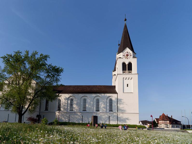 St. Ulrich Kirche in Götzis mit Kindern auf den Schulweg