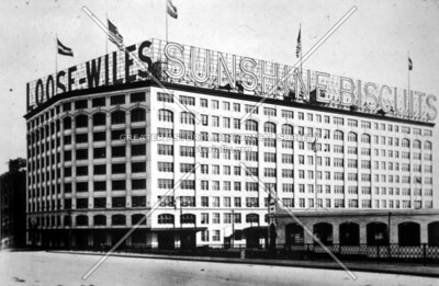 Famous 1,000-window bakery of the Loose-Wiles Sunshine Biscuit Company at Degnon Terminal c. 1914.  This firm (the largest in Long Island City at the time) employed as many 2,500 people.