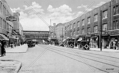 Postcard of Broadway looking west with elevated station in background.