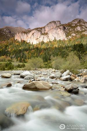 Rio Ara y sierra de Sandaruelo en valle de Bujaruelo. PN Ordesa y Monte Perdido.
