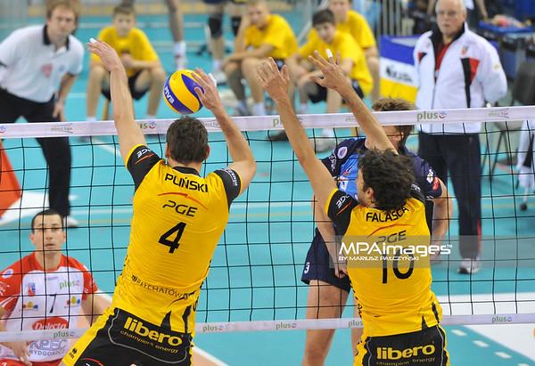 10.11.2010 - Belchatow , Siatkowka - PlusLiga , PGE SKRA Belchatow (zolte) - Delecta Bydgoszcz (niebieskie). N/Z Daniel Plinski i Miguel Falasca Fot. Mariusz Palczynski / MPAimages.com