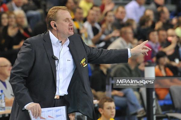 10.11.2010 - Belchatow , Siatkowka - PlusLiga , PGE SKRA Belchatow (zolte) - Delecta Bydgoszcz (niebieskie). N/Z Trener Jacek Nawrocki Fot. Mariusz Palczynski / MPAimages.com