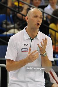 03.04.2011 - Belchatow , Siatkowka - PlusLiga , PGE SKRA Belchatow (czarne) - TYTAN AZS Czestochowa (biale) N/Z Trener Marek Kardos  Fot. Mariusz Palczynski / MPAimages.com
