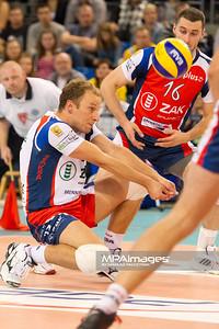 08.10.2011 - Belchatow , siatkowka , PlusLiga , PGE SKRA Belchatow (zolte) - ZAKSA Kedzierzyn-Kozle (czerwone)  N/Z Piotr Gacek  Fot. Mariusz Palczynski / MPAimages.com