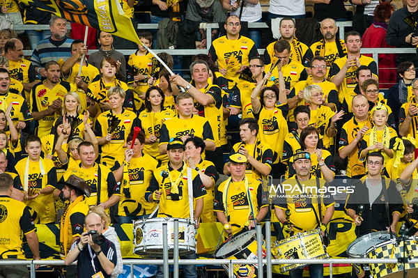 24.10.2012 - Lodz, Atlas Arena , siatkowka , CEV Champions League 2012 / 2013 , PGE SKRA Belchatow (czarne) - Fenerbahce Grundig Istanbul (biale)  N/Z Kibice PGE Skra Belchatow  Fot. Mariusz Palczynski / MPAimages.com