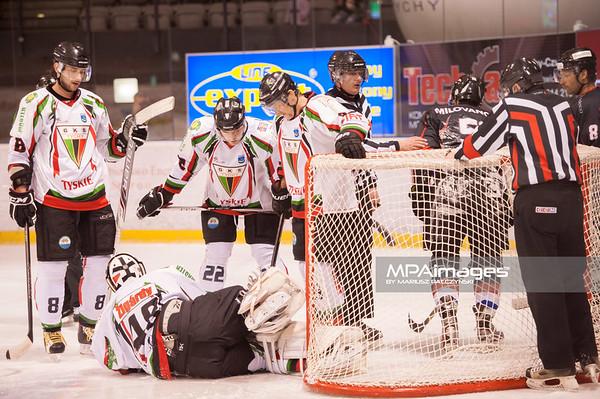 26.11.2013 , Tychy , Stadion Zimowy , hokej , Polska Hokej Liga , GKS Tychy (biale) Ciarko PBS Bank Sanok (czarne)  N/Z GKS Tychy , Ciarko Sanok Fot. Karol Bartnik / MPAimages.com