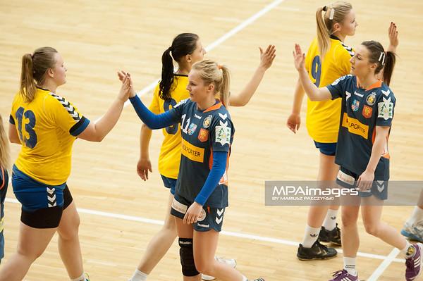 02.02.2014 , Kielce , pilka reczna , II liga kobiet , Korona Handball Kielce (granatowe) ChKS Lodz (zolte)  N/Z ChKS Lodz , Korona Handball Fot. Karol Bartnik / MPAimages.com