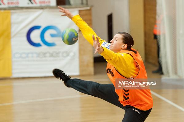 02.02.2014 , Kielce , pilka reczna , II liga kobiet , Korona Handball Kielce (granatowe) ChKS Lodz (zolte)  N/Z Adrianna Sala Fot. Karol Bartnik / MPAimages.com