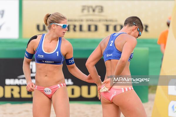 19.08.2014 - Stare Jablonki , siatkowka plazowa , beach volleyball , World Tour , FIVB Stare Jablonki Grand Slam 2014 , Niemcy (niebieskie-niebieskie) - Norwegia (niebieskie-rozowe) , Germany (blue-blue) - Norway (blue-pink)   N/Z Vilde Solvoll , Cindy Treland  Fot. Mariusz Palczynski / MPAimages.com