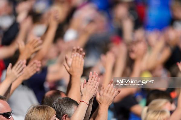 21.08.2014 - Stare Jablonki , siatkowka plazowa , beach volleyball , World Tour , FIVB Stare Jablonki Grand Slam 2014 , Polska (zielone) - Rosja (niebieskie) , Poland - Russia   N/Z Kibice  Fot. Mariusz Palczynski / MPAimages.com