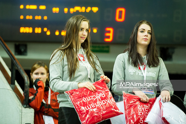 29.12.2014 - Katowice , Spodek , pilka reczna , Christmas Cup , Polska (czerwone) - Czechy (biale)  N/Z Hostessy Fot. Karol Bartnik / MPAimages.com