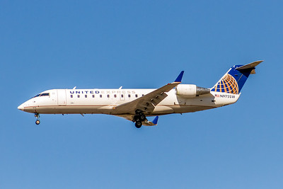 United Express (Sky West Airlines), N975SW, CRJ-200ER,  msn 7951, Photo by John A Miller, LAX, Image YY021LAJM