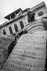 Juan (58), cuentapropista (self-employed), real estate broker on a public bench in Paseo del Prado - La Habana, Cuba