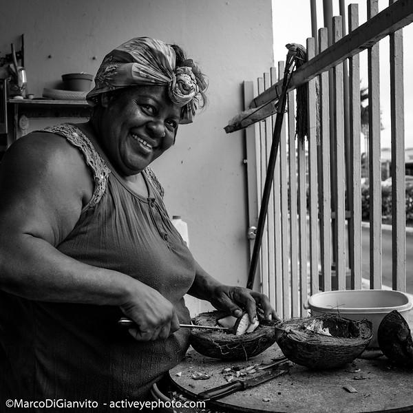 Puerto Rico - Awilda preparando su aceite de coco en Cataño