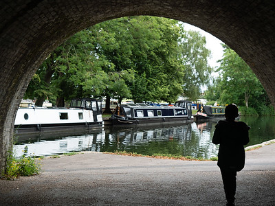 Kid under the Arch watching the river boat in Windsor
