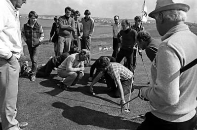 Bifreið af Toyota gerð var í nándarverðlaun í opnu golf móti á Hvaleyrarvelli árið 1980. Á myndinni sjást keppendur mæla fjarlægð bolta frá holunni. Næstu holu komst Knútur Björnsson, lengst til hægri á myndinni. Ljósmynd: Magnús Hjörleifsson.