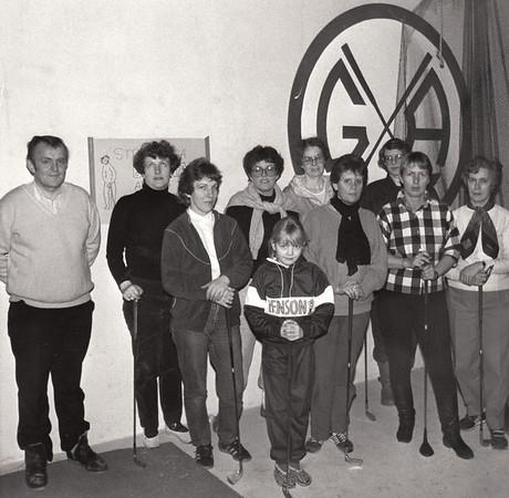 Akureyrskar konur mæta í tíma hjá Árna Jónssyni golfkennara hjá Golfklúbbi Akureyrar árið 1985.