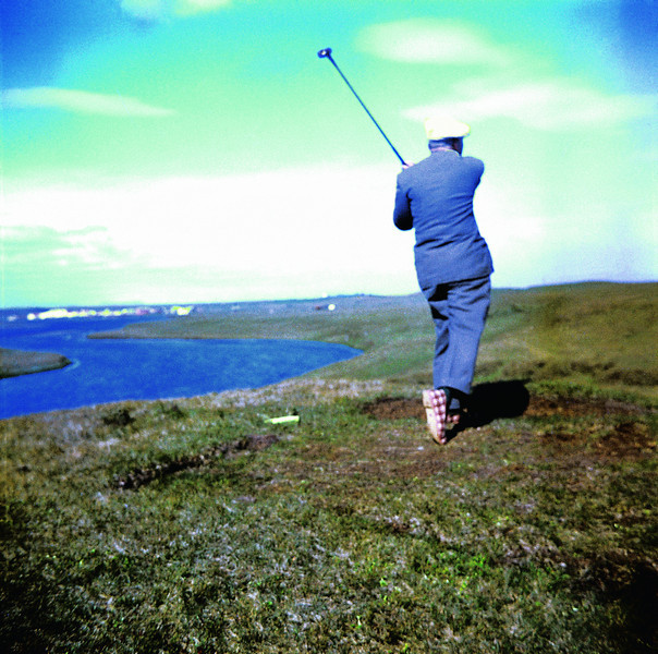 Rudolf Stolzenwald, einn framámanna Golfklúbbsins á Hellu slær af teig. Skóbúnaður Rudolfs var nokkuð sérstakur, hann klæddist flókaskóm. Úr myndasafni Golfklúbbsins Hellu Rangárvöllum.