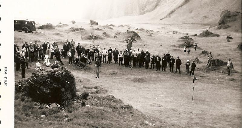 Óttar Yngvason horfir á eftir pútti sínu á lokaholunni á Íslandsmótinu í Eyjum árið 1964. Ljósmynd: Viðar Þorsteinsson.
