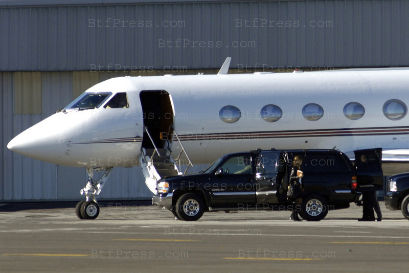 EXCLUSIVE- Governor Arnold Schwarzenegger and his wife Maria Shriver take a privet jet in Santa Monica airport.