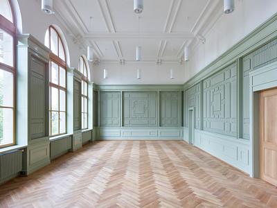 07 Die neue Aula mit akustisch wirksamer Holzvertäfelung