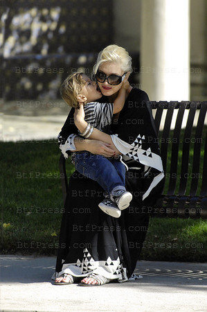 Gwen Stefani really pregnant and her son Kinston in Bel Air ( Los Angeles ).