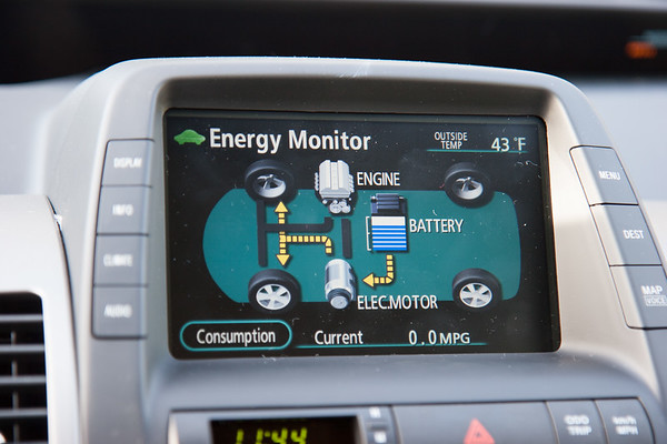 This screen shows the current state of the hybrid system. The arrows change to show what's going on (here, the battery is moving the wheels using the motor).