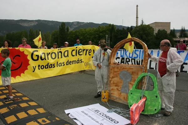 Cierre simbólico con un candado en la 32 marcha a Garoña desde barcina del Barco (2011)