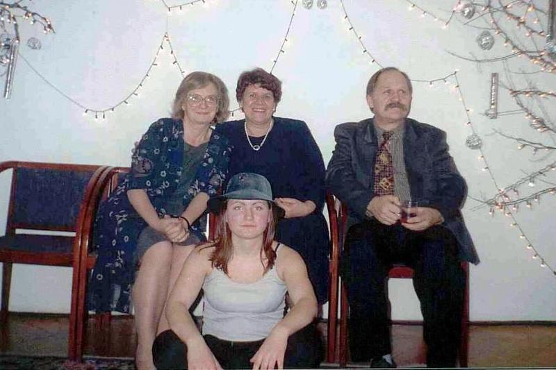 dyr Jolanta Paska-Markowska, pani Wandzia, Zygmunt Szwertner, poniżej wychowanka Domu Dziecka