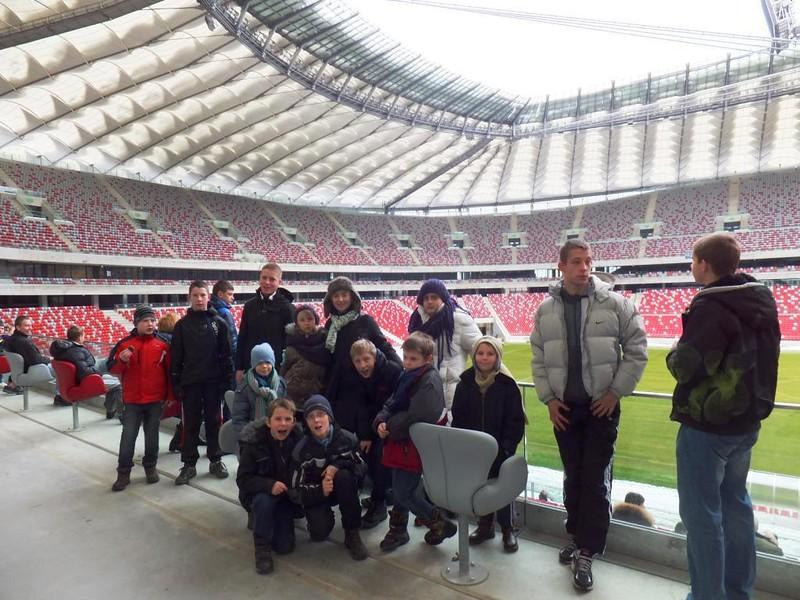 Grupowe zdjęcie na tle Stadionu Narodowego