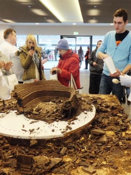 Stadion czekoladowy w ruinach po poczęstunku gości