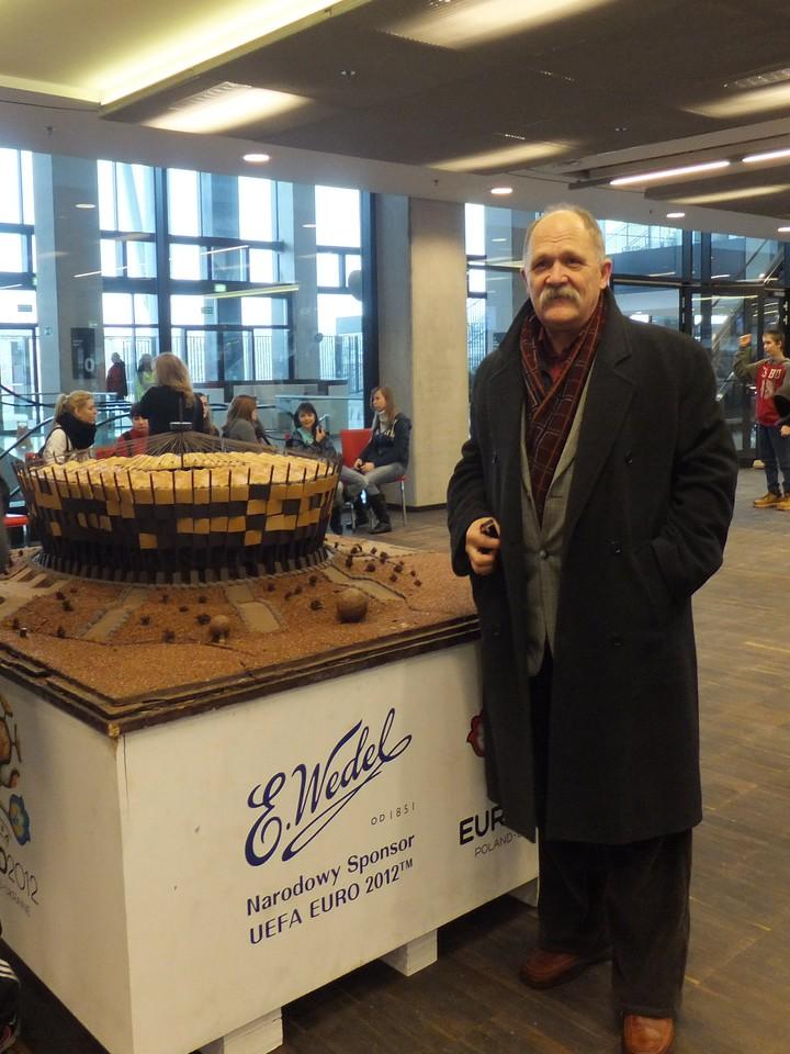 Prezes Fundacji Dziecka Warszawy przy stadionie z czekolady