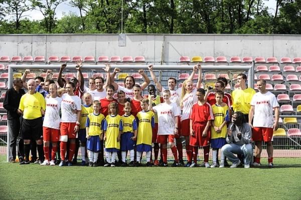 Patrick Vieira z gwiazdami piłki nożnej i wychowankami Domu Dziecka nr 3