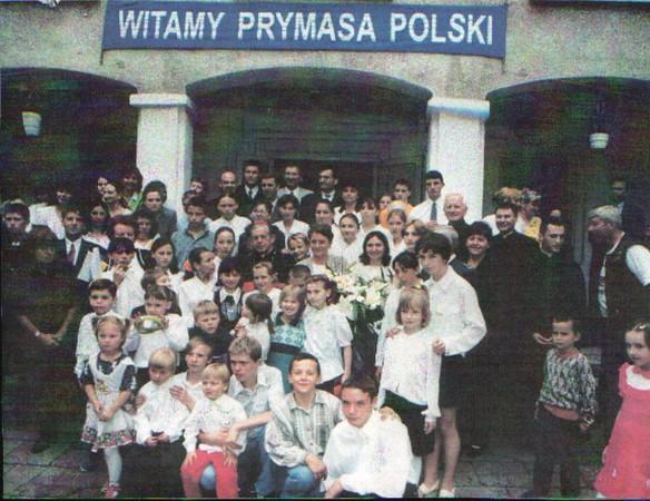 Zdjecie grupowe przed budynkiem Domu dziecka nr 3 w Warszawie z Prymasem Polski Józefem Glempem.